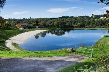 Plan d'eau de Saint Martin Terressus, baignade surveillée en été - territoire des Monts et Barrages en Limousin - Crédit photo © Benoît Rocher
